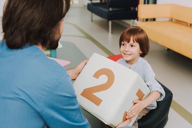 Enfant et médecin jouant à un jeu éducatif en clinique Photo Premium