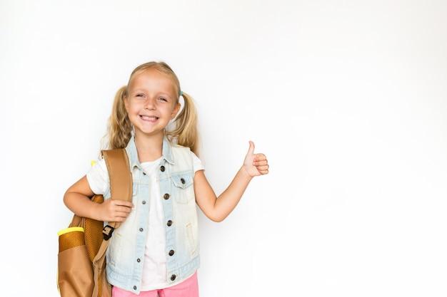 Enfant Mignon Sur Fond Blanc. Kid Avec Sac à Dos. Photo Premium