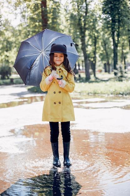 Enfant mignon plaiyng un jour de pluie Photo gratuit