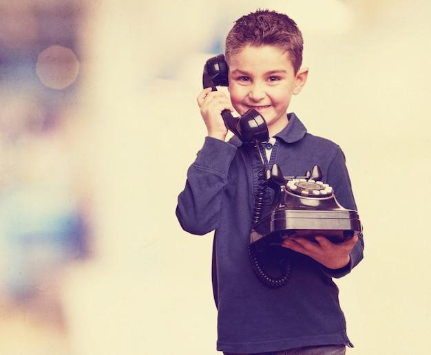Enfant Mignon Avec Un Téléphone Cru Photo gratuit