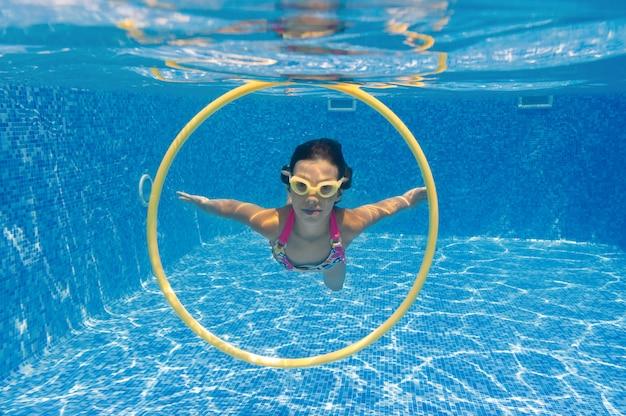 Enfant Nage Dans La Piscine Sous L'eau Photo Premium