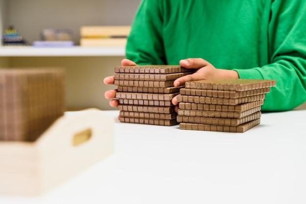 Enfant plaçant des blocs pour compter les nombres est sa maison Photo Premium