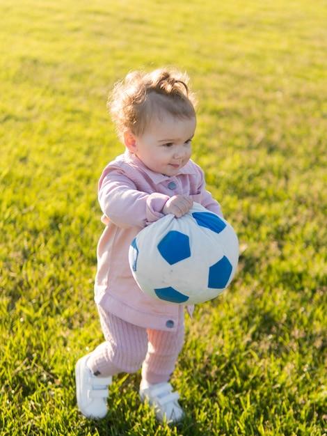 Enfant, Porter, Rose, Vêtements, Jouer, à, Balle Photo gratuit