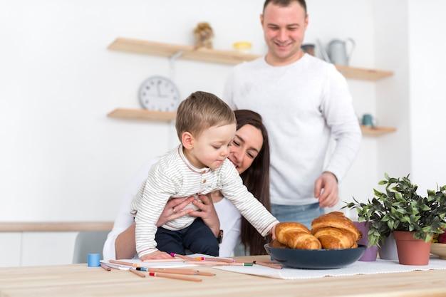 Enfant, Saisir, Croissants, Parent, Cuisine Photo gratuit