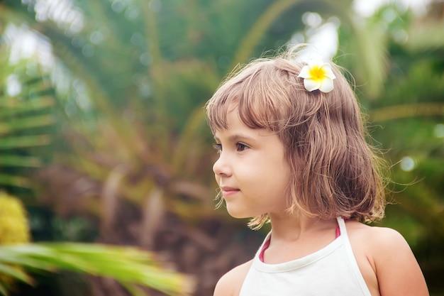 L'enfant se baigne dans la piscine du resort. mise au point sélective. Photo Premium