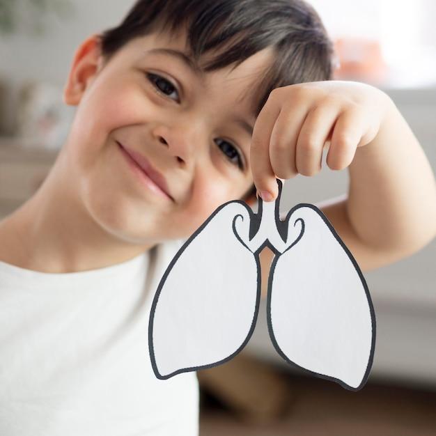 Enfant Smiley Avec Forme Des Poumons Photo Premium
