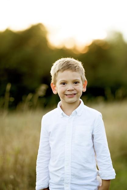 Enfant Souriant Sur Le Terrain Photo gratuit