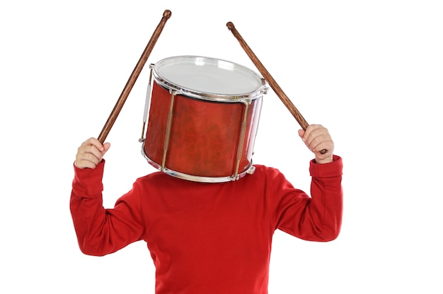 Enfant avec un tambour dans la tête sur fond blanc Photo Premium