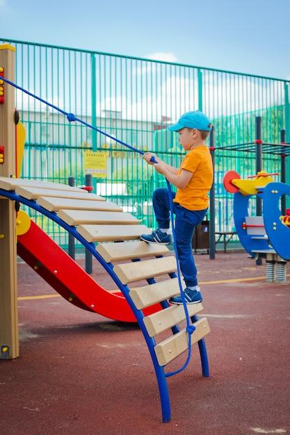 Enfant sur un terrain de jeu extérieur Photo Premium