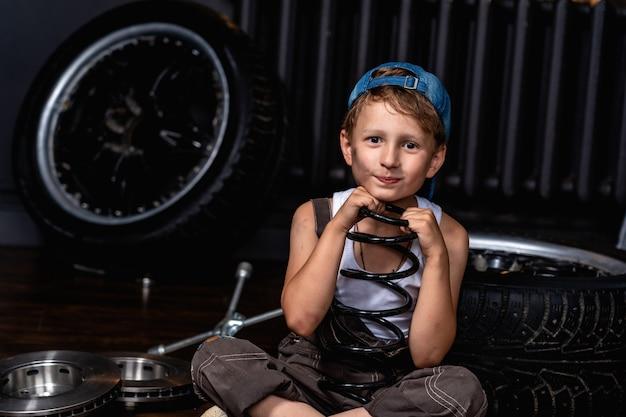 L'enfant tient l'isolateur de printemps Photo Premium