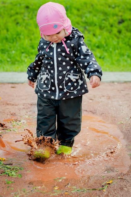 L'enfant traverse les flaques Photo Premium