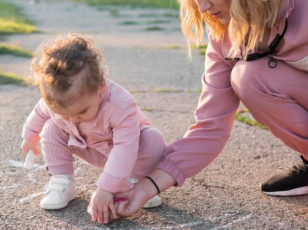 Enfant En Vêtements Roses Et Maman Dessin Photo gratuit