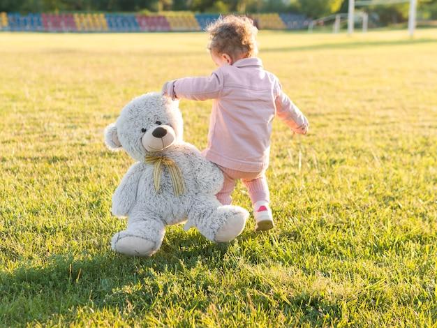 Enfant En Vêtements Roses Et Son Jouet Amical Photo gratuit