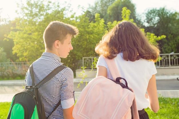 Enfants Adolescents Vont à L'école, Vue Arrière Photo Premium