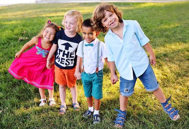 Enfants D'âge Préscolaire Jouant Dans Le Parc Sur L'herbe Photo Premium