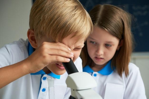 Enfants apprenant la chimie Photo gratuit