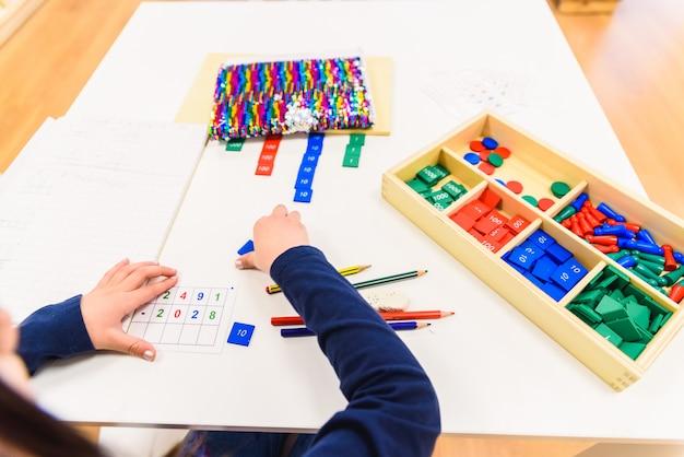 Enfants apprenant en étudiant à leur école. Photo Premium