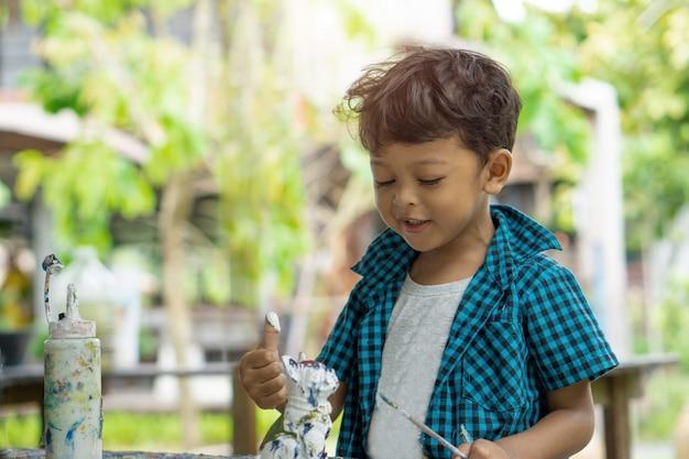 Enfants Asiatiques Appréciant Sa Peinture Avec Les Mains Photo Premium