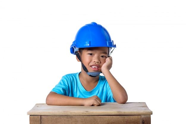 Enfants asiatiques portant un casque de sécurité et souriant isolé sur blanc Photo Premium