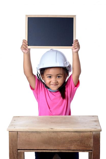 Enfants asiatiques portant un casque de sécurité et souriant avec tableau isolé sur fond blanc. les enfants et le concept d'éducation Photo Premium