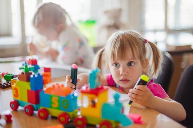 Enfants Assis à Table En Dessin En Classe Photo gratuit