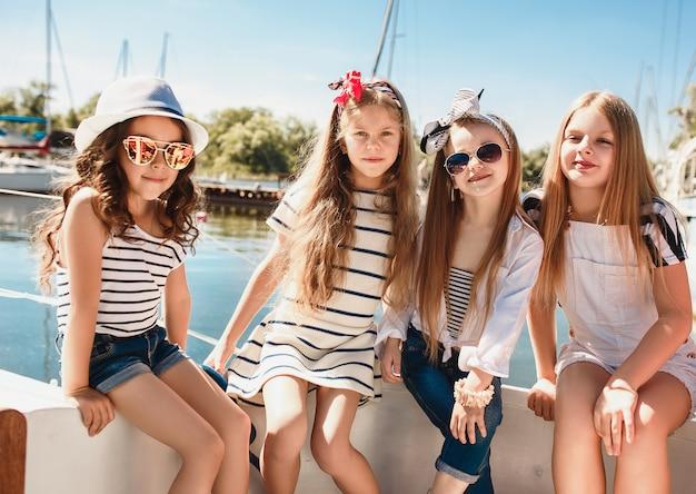 Les Enfants à Bord Du Yacht De Mer Photo gratuit