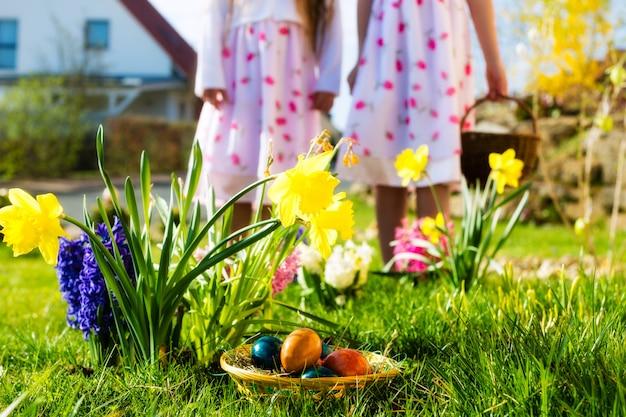 Enfants à la chasse aux œufs de pâques avec des œufs Photo Premium