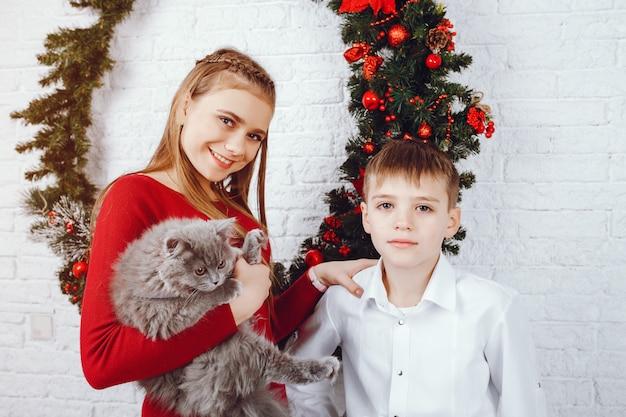 Enfants avec chat Photo gratuit