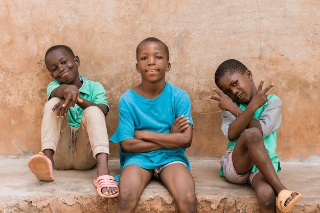 Enfants Coup Moyen Assis à L'extérieur Photo gratuit