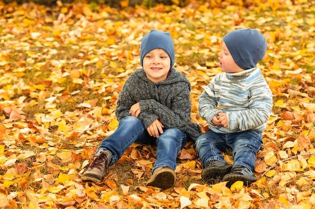 Enfants Dans La Forêt D'automne Jaune Et Or Photo Premium