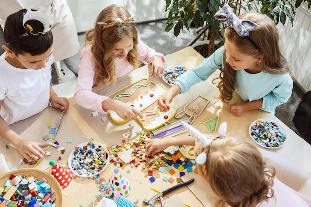 Les Enfants Et Les Décorations D'anniversaire. Photo gratuit