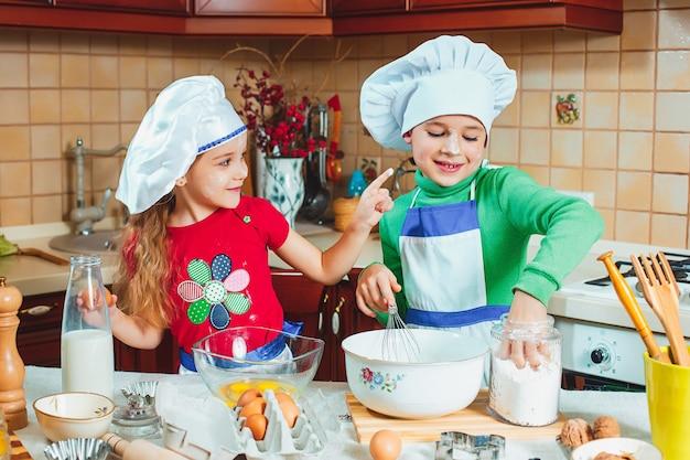 Les Enfants Drôles De Famille Heureuse Préparent La Pâte, Cuisent Des Biscuits Dans La Cuisine Photo gratuit