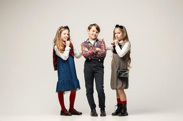 Enfants élégants Mignons Sur Mur Blanc Photo gratuit
