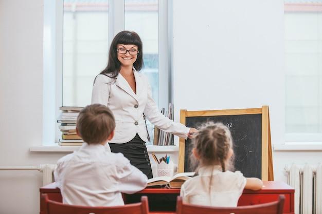 Enfants Avec L'enseignant à L'école Photo Premium