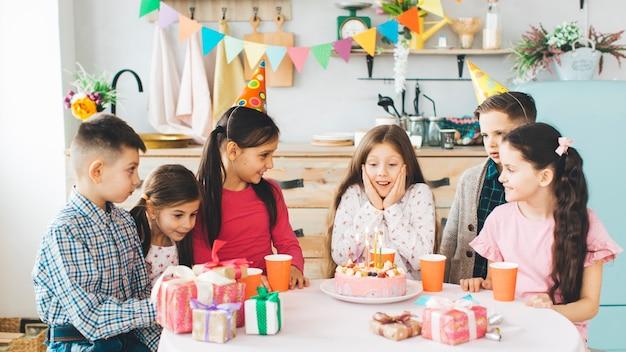 Enfants fêtant un anniversaire Photo gratuit