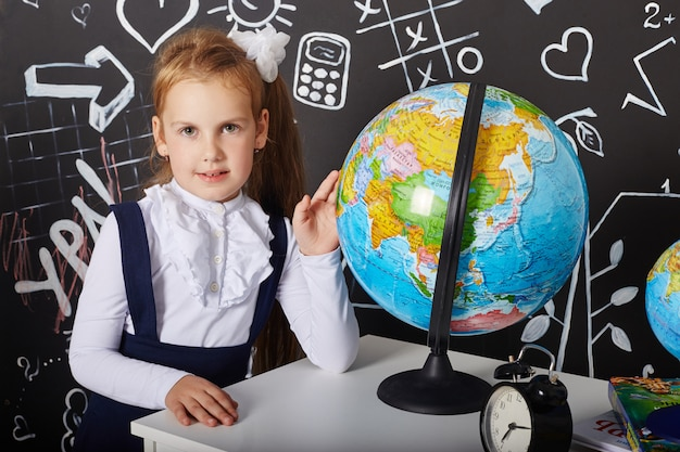 Enfants fille étudiante étudie à l'école le premier septembre, dernier jour d'étude, changement entre les leçons Photo Premium
