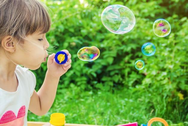 Les enfants font des bulles. mise au point sélective. Photo Premium
