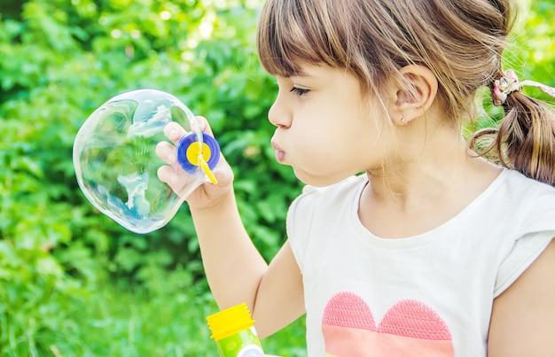 Les enfants font des bulles. Photo Premium