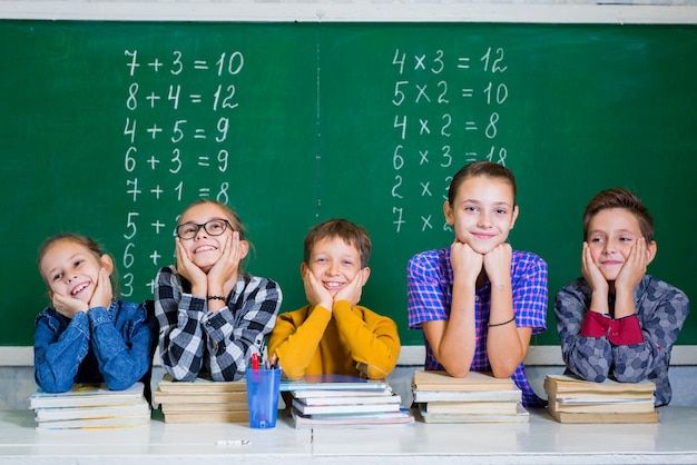 Les enfants font des mathématiques à l'école primaire. Photo Premium