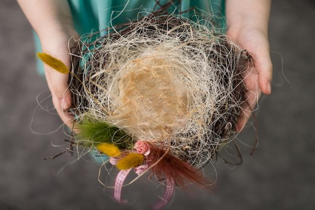 Les enfants font un nid pour les oiseaux, nid pour les oiseaux Photo Premium
