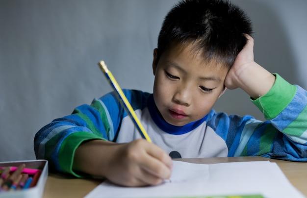 Enfants garçon à faire leurs devoirs Photo Premium