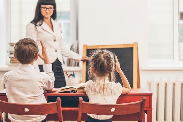 Enfants Garçons Et Filles Avec L'enseignant à L'école Photo Premium
