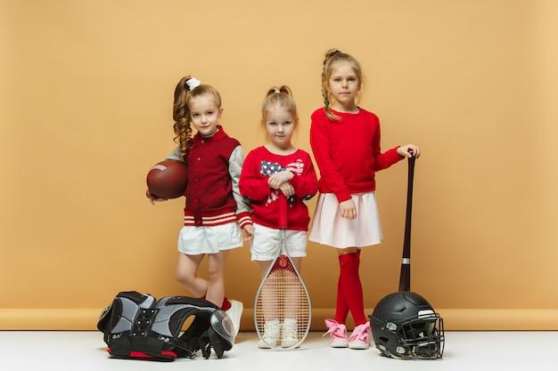 Des Enfants Heureux Et Beaux Montrent Un Sport Différent. Photo gratuit