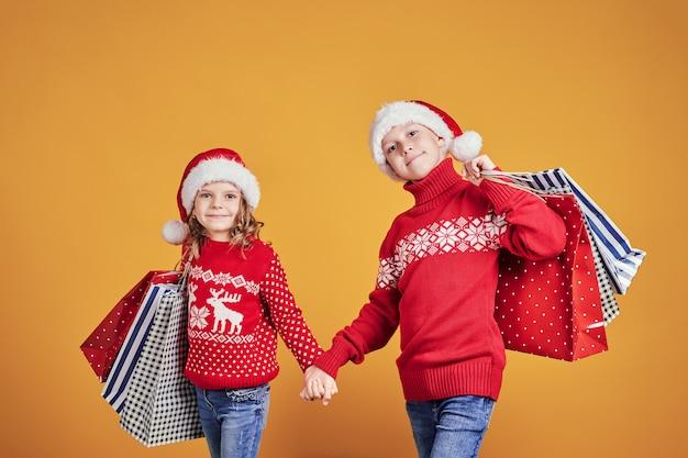 Enfants heureux avec des cadeaux de noël et des ballons Photo Premium