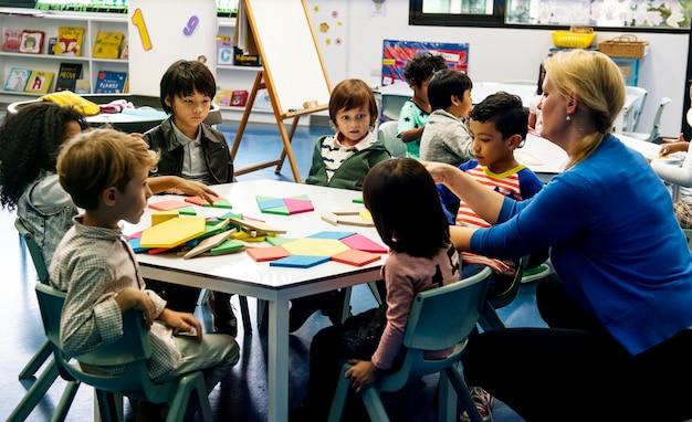 Des enfants heureux à l'école primaire Photo Premium