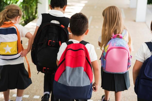 Enfants heureux à l'école primaire Photo Premium