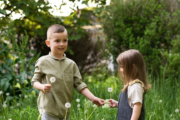 Enfants heureux ensemble dans la nature Photo gratuit