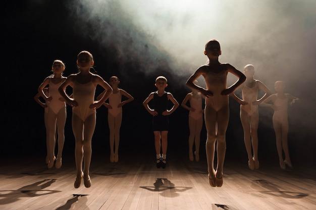 Enfants heureux faire du ballet Photo Premium