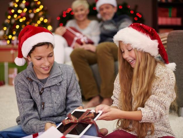 Des Enfants Heureux Grâce à Leur Cadeau De Noël Photo gratuit