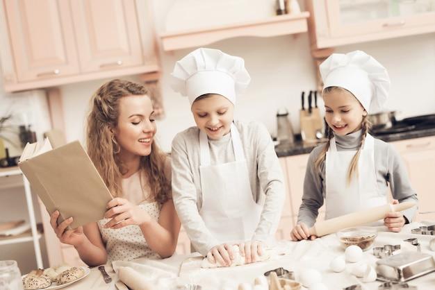 Des Enfants Heureux Pétrissent Une Pâte En Souriant. Photo Premium